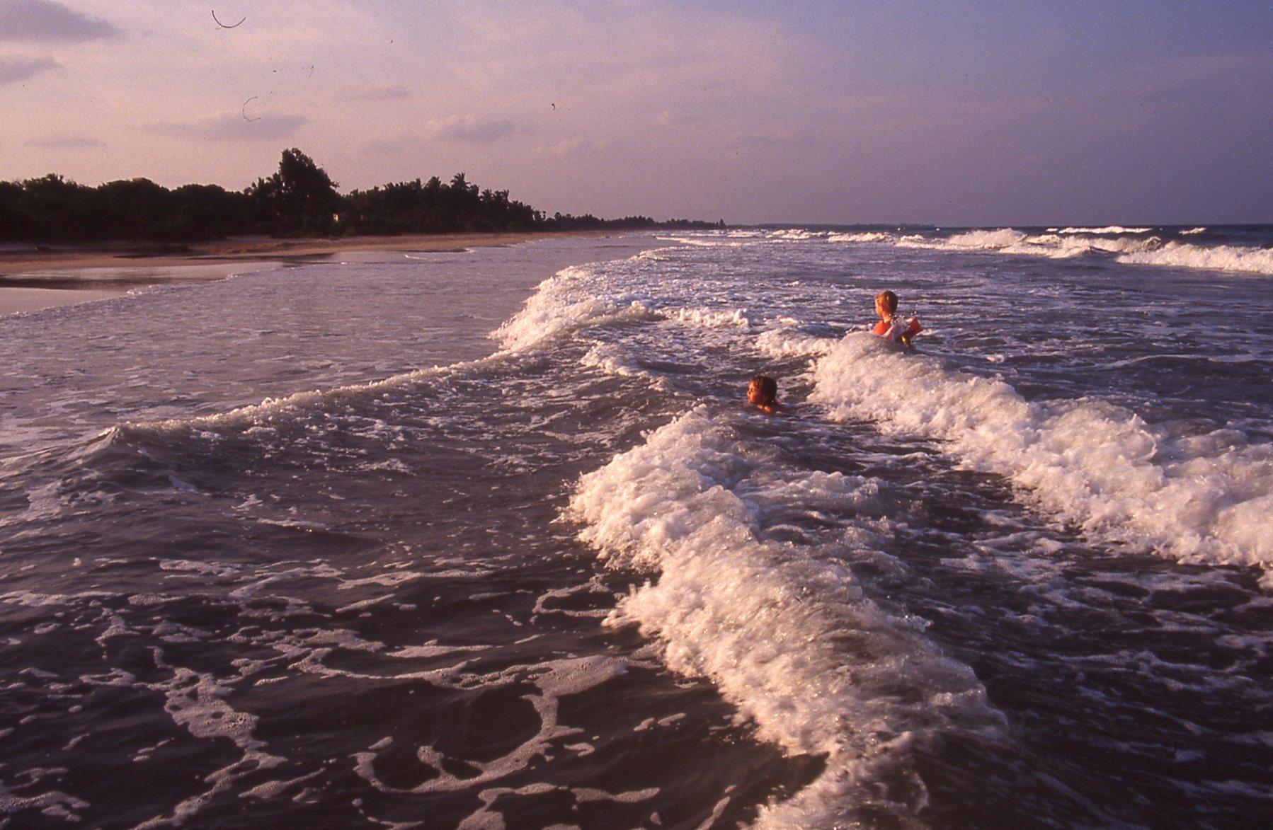 Sri lanka North Coast surf watch © JonoVernon-Powell.com