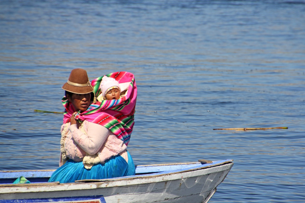 Moother & Child Uros Islands © Nomadic Thoughts.com