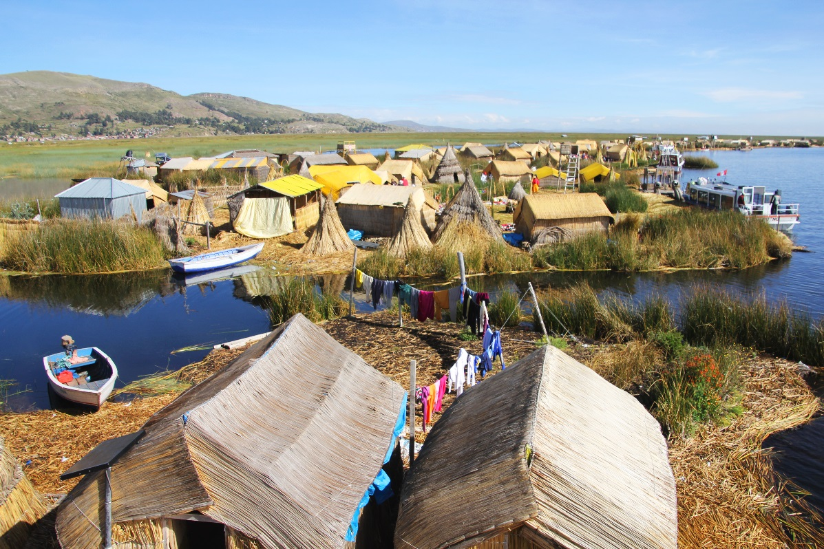 Uros Islands washing line et all © Nomadic Thoughts.com