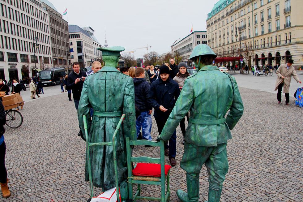 WW1 human statues at Brandenburg gate