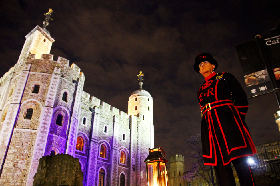 Beefeater-and-tower-of-lond